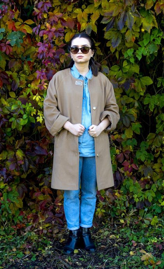 Hippie-Mädchen in einem Mantel lizenzfreie stockfotos