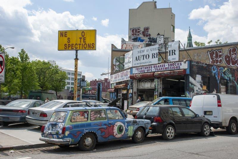 Hippie målade en gammal bil parkerad på gatan Brooklyn royaltyfri foto