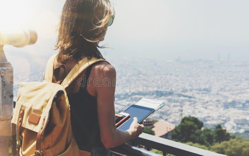 Hippie-M?dchen mit Rucksackholdingger?t in der Beobachtungsansicht Touristischer Reisender auf panoramischer Stadt Barcelona, Fra lizenzfreie stockfotos