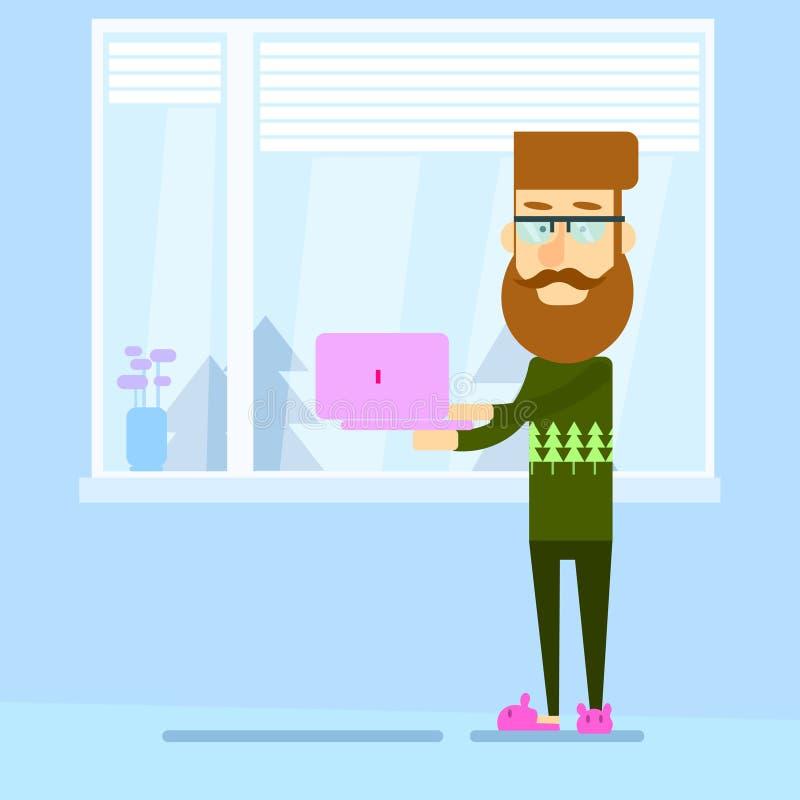 Hippie-Mann, der Laptop-Computer Stand nahe Fenster-Haus hält lizenzfreie abbildung