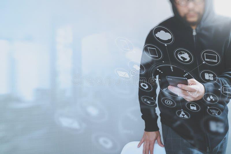 Hippie-Mann in einer Haubenhand unter Verwendung Handyzahlungen on-line-s lizenzfreie stockbilder