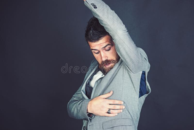 Hippie mit Bart mit zerrissenem Loch auf Naht Mode-Modell-Abnutzung klein Bärtiger Mannblick auf heftigen Mantel mit Überraschung lizenzfreies stockfoto
