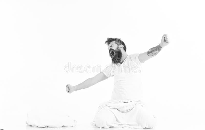 Hippie mit dem Bart, der Arme, Energie- und erfolgreich ausdehnt lizenzfreies stockbild