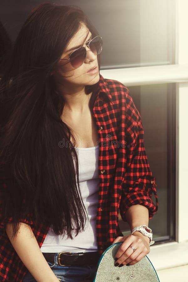 Hippie-Mode-attraktives junges Mädchen, das im Sonnenlicht aufwirft stockfotografie
