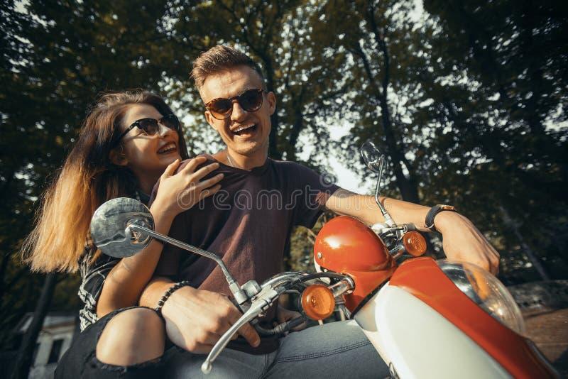 Hippie-Paare im Park lizenzfreie stockbilder