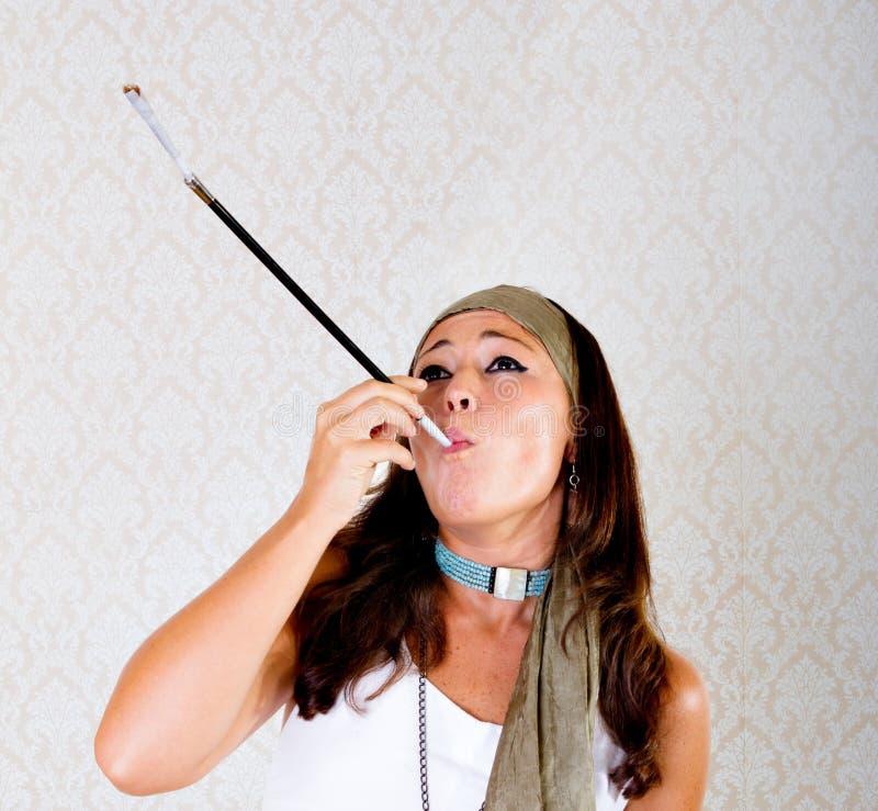 Hippie raucht Zigaretten oder Verbindung lizenzfreie stockbilder