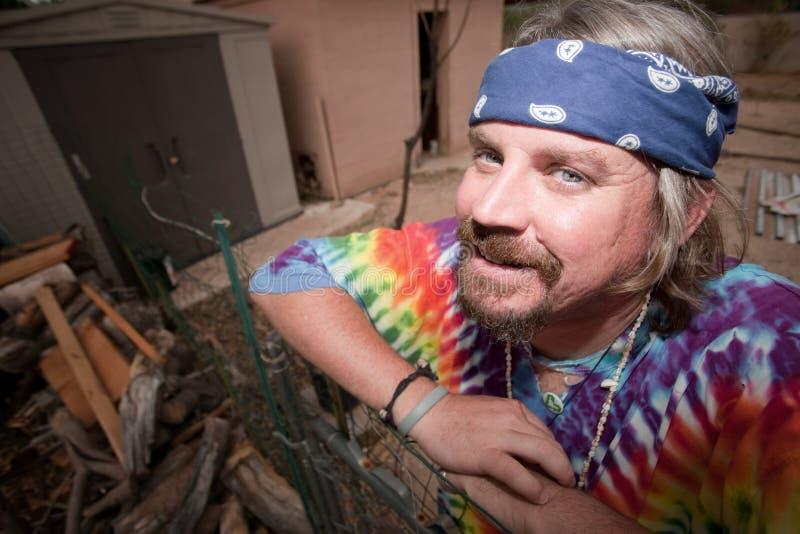 Hippie se penchant sur une porte image stock