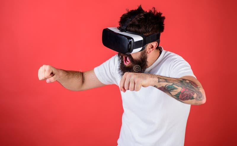 Hippie sur le visage enthousiaste conduisant le vélo sur la grande vitesse dans la réalité virtuelle avec l'instrument numérique  image libre de droits