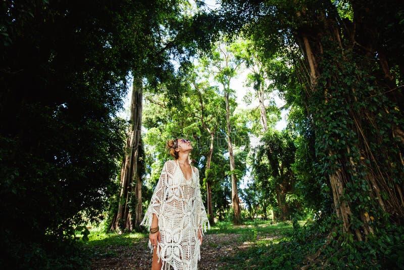Hippieflicka i skogen arkivbilder