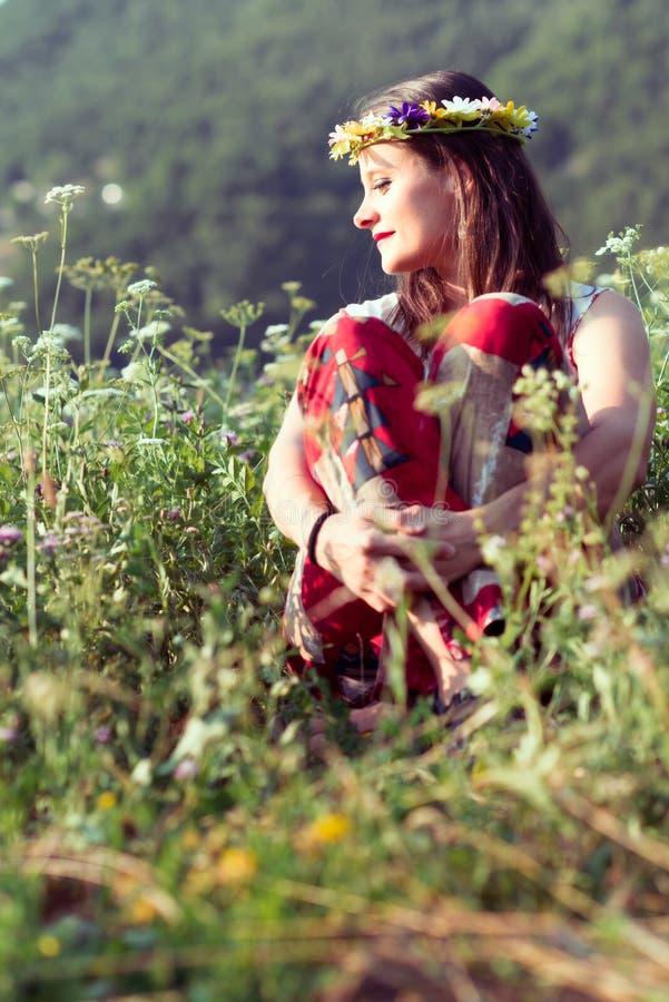 Hippiemädchen in der Natur lizenzfreie stockfotos