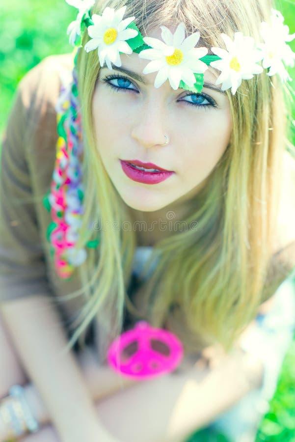 Hippiemädchen mit Halskette mit Friedenszeichen lizenzfreie stockfotografie