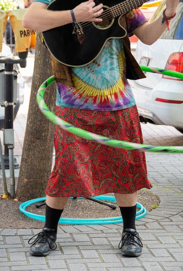 Hippiemann, der Gitarre mit hula Band spielt stockfoto