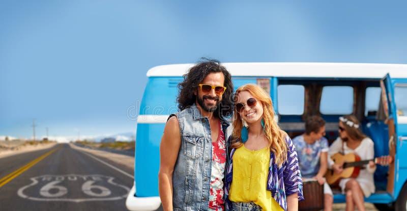 Hippiepar över minivan på oss rutt 66 royaltyfri foto