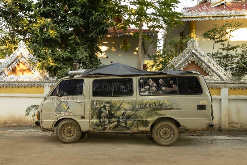Hippieskåpbil i Pai Thailand royaltyfri bild