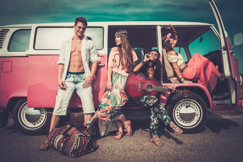 Hippievänner på en vägtur arkivbilder