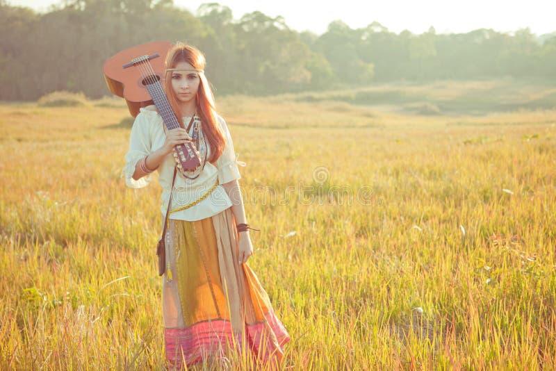 Hippievrouw die op gouden gebied lopen royalty-vrije stock fotografie