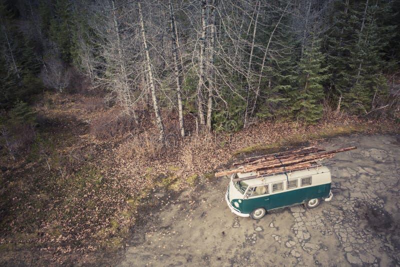 Hippy che trasportano legna da ardere fotografia stock