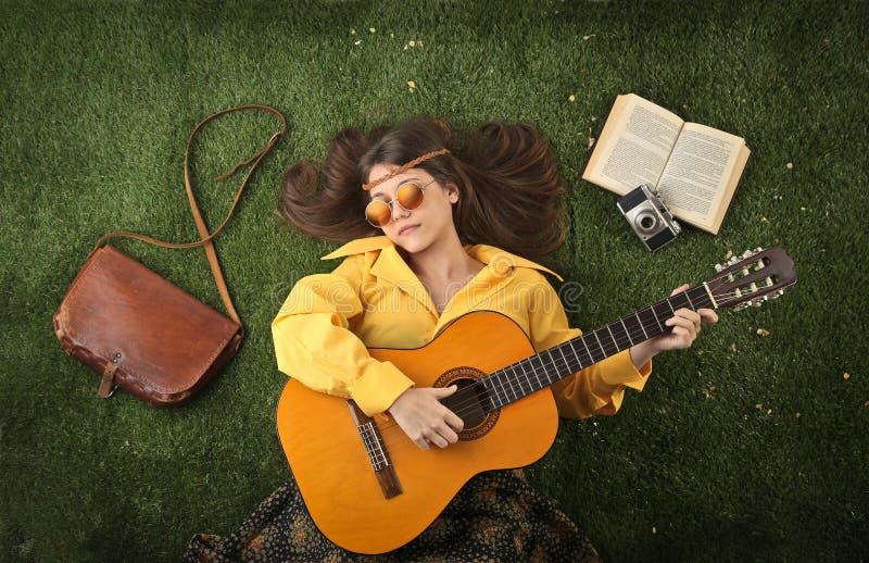Hippy die de gitaar spelen stock afbeeldingen