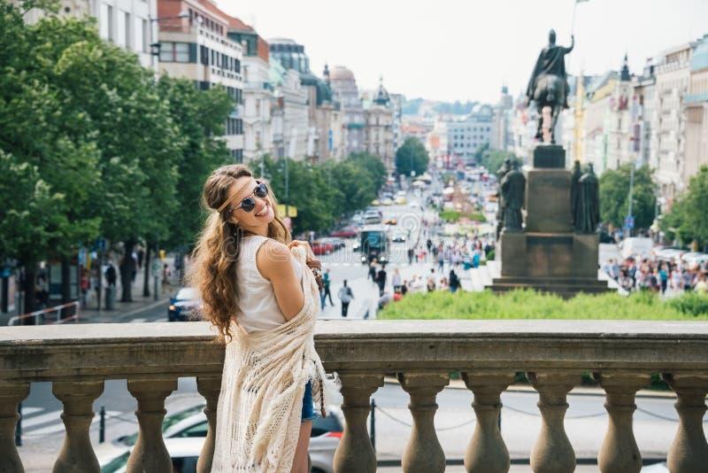 Hippy-kijkend vrouwentoerist die zich op Wenceslas Square, Praag bevinden stock foto