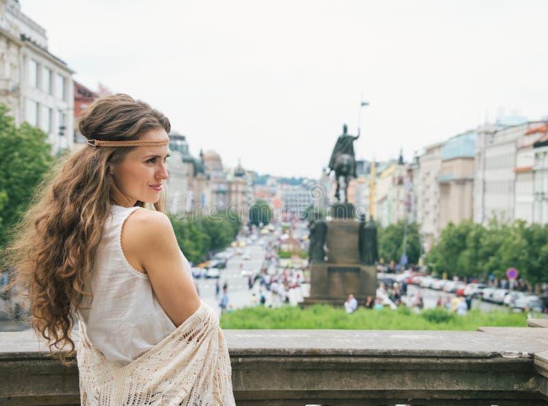 Hippy-se turist- anseende för kvinna på Wenceslas Square, Prague royaltyfria foton
