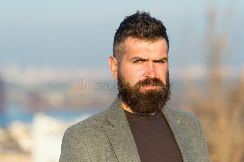 Hipster è un bel ragazzo attraente con la barba lunga Salone barbiere per parrucchiere Guy Stylish long barbeard Taglio fresco fotografia stock