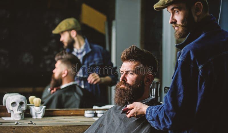 Hipster με τη γενειάδα που καλύπτεται με την εξυπηρέτηση ακρωτηρίων από τον επαγγελματικό κουρέα στο μοντέρνο barbershop Έννοια κ στοκ φωτογραφία με δικαίωμα ελεύθερης χρήσης