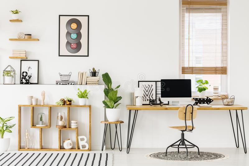 Hipster, άσπρο εσωτερικό Υπουργείων Εσωτερικών με το φυσικό, ξύλινο furnitu στοκ εικόνες