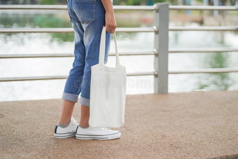 hipster γυναίκα με την άσπρη τσάντα tote στο πάρκο στοκ φωτογραφία