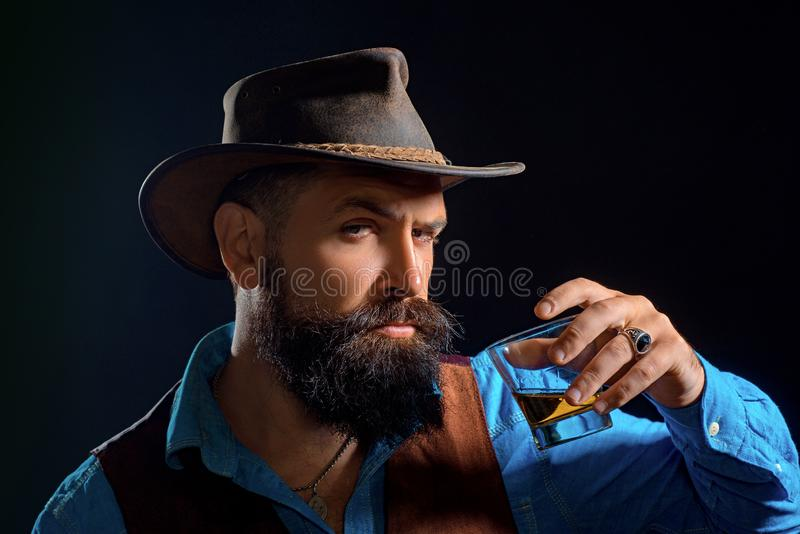 Hipster με τη γενειάδα και mustache στο οινόπνευμα ποτών κοστουμιών μετά από την εργάσιμη ημέρα Το εύθυμο γενειοφόρο άτομο πίνει  στοκ εικόνα με δικαίωμα ελεύθερης χρήσης