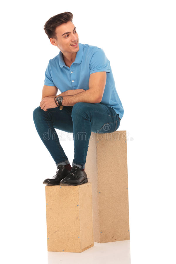 Hipster που κάθεται ελκυστικό στα κιβώτια στοκ εικόνες με δικαίωμα ελεύθερης χρήσης
