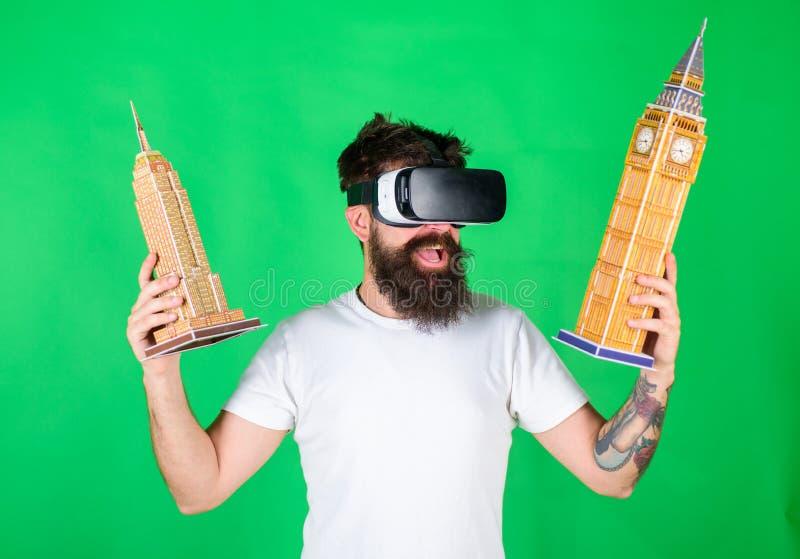 Hipster στην ευτυχή αρχιτεκτονική μελέτης προσώπου στην εικονική πραγματικότητα Τύπος στη λαβή γυαλιών VR στα χέρια Big Ben και τ στοκ φωτογραφία