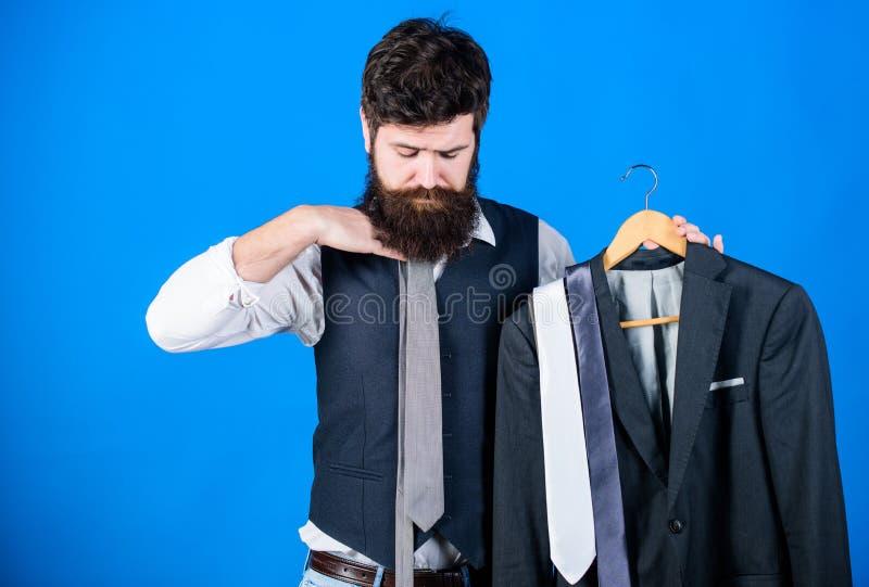 Ταιριάζοντας με εξάρτηση γραβατών Γενειοφόρες γραβάτες λαβής hipster ατόμων και επίσημο κοστούμι Τέλεια γραβάτα Έννοια αγορών Στι στοκ εικόνα με δικαίωμα ελεύθερης χρήσης