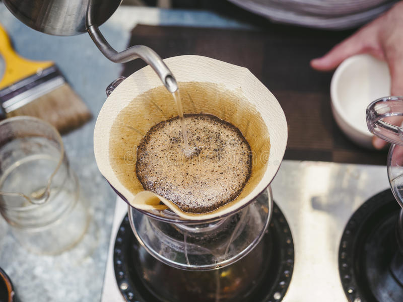 Hipster Barista die hand maken Koffie gietend water op filter druipen royalty-vrije stock foto