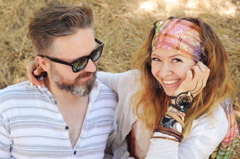 Το χαμογελώντας ζεύγος ανεξάρτητη δισκογραφική εταιρία ύφους, γυναίκα που αγκαλιάζει τον άνδρα, hipster εξοπλίζει, boho κομψό στοκ φωτογραφίες
