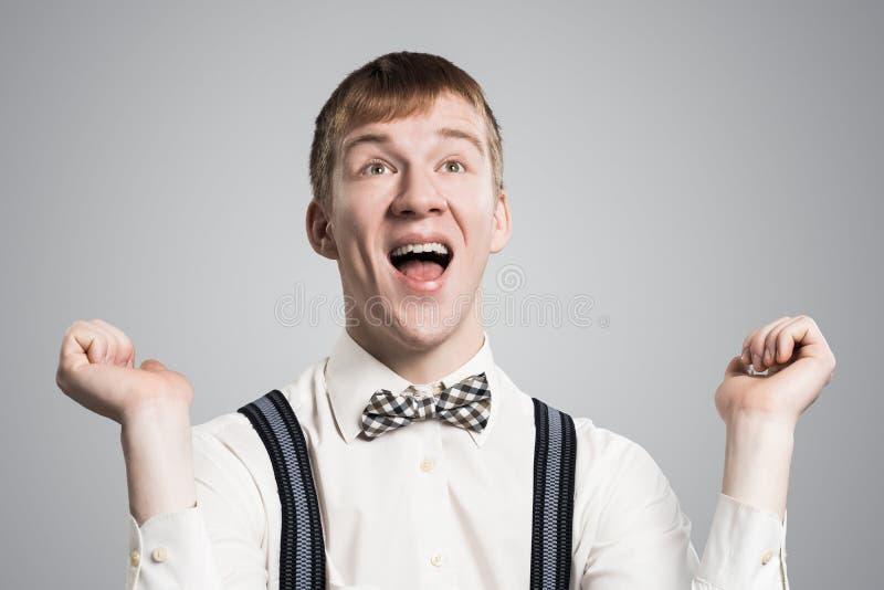 Hipster die ruim met tevreden glimlachen ziet eruit royalty-vrije stock afbeelding