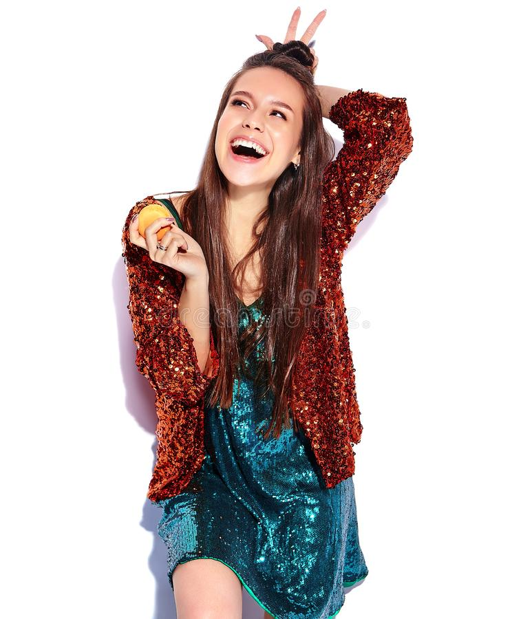 Hipster donkerbruin model in het wijzen van de zomer op modieus jasje stock foto's