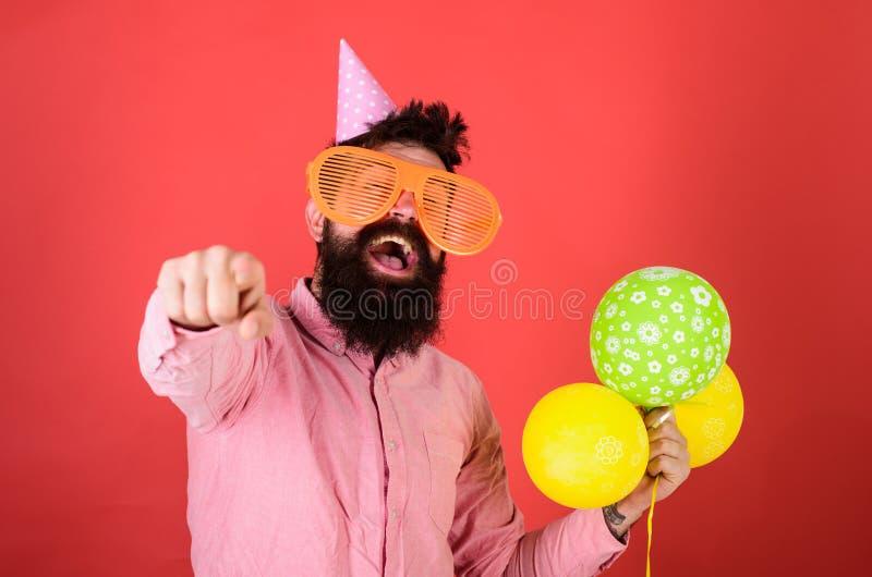 Hipster in einer riesigen Sonnenbrille zum Geburtstag Guy in Party, der nach vorne zeigt Geburtstagsparty-Konzept Mann mit stockfotografie