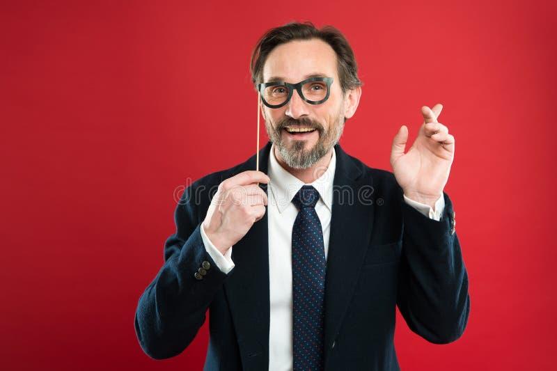 Hipster eller nerd Mannen rymmer partistöttaglasögon Framstickandet eller affärsmannen bär den formella dräkten som poserar parti arkivfoto