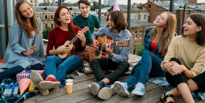 Hipster för fri livsstil för vänhakallsång stads- arkivfoto