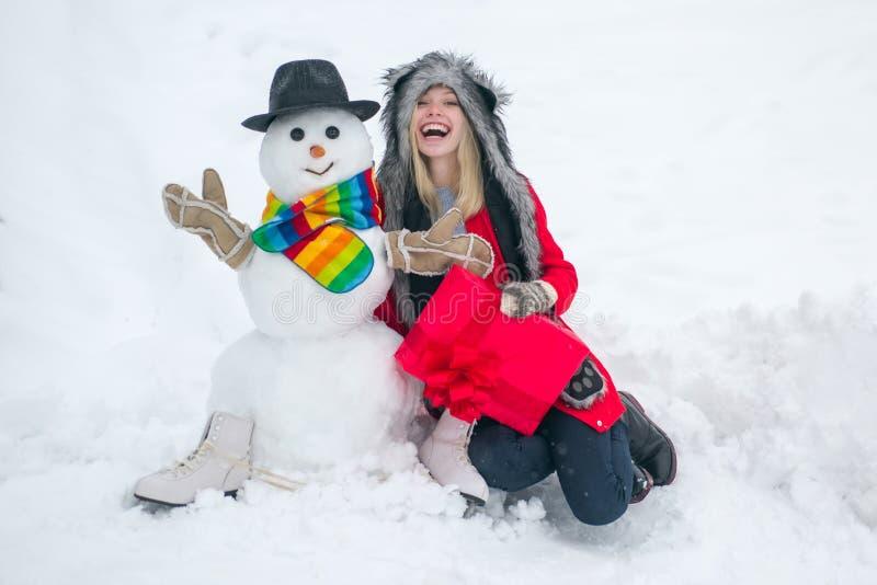 Hipster Girls die spelen met Snowman op sneeuwwinterlandschap royalty-vrije stock fotografie