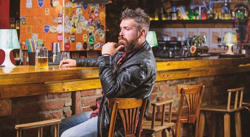 Hipster het ontspannen bij bar met bier De bar ontspant plaats om drank te hebben en te ontspannen De mens met baard besteedt vri stock fotografie