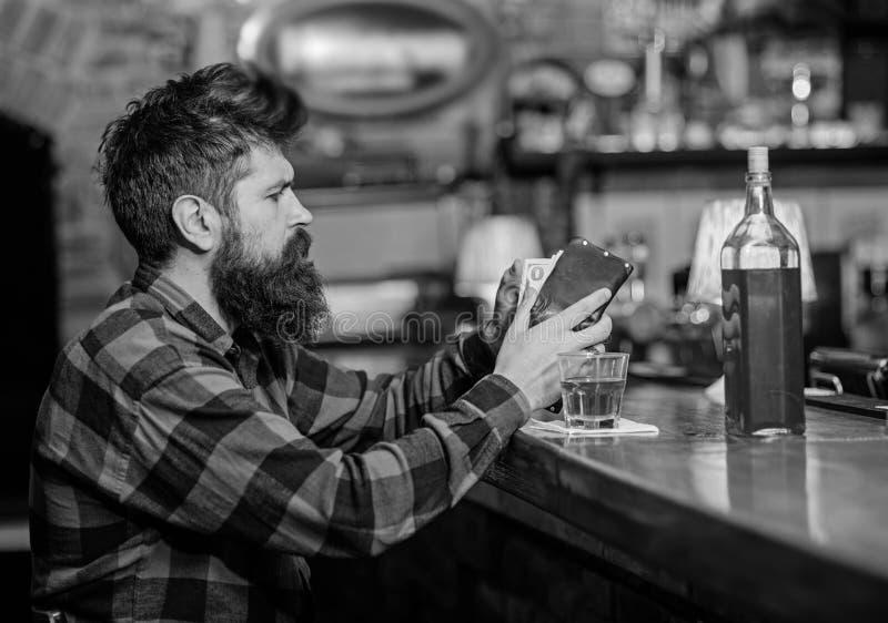 Hipster houdt portefeuille, die geld tellen om dranken te kopen royalty-vrije stock fotografie