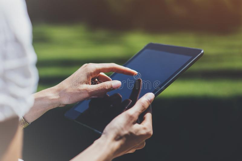 Hipster jong meisje gebruikend tablet of houdend gadget, plannend reisplan Vrouwelijke handen die computer, toeristenreiziger het stock foto