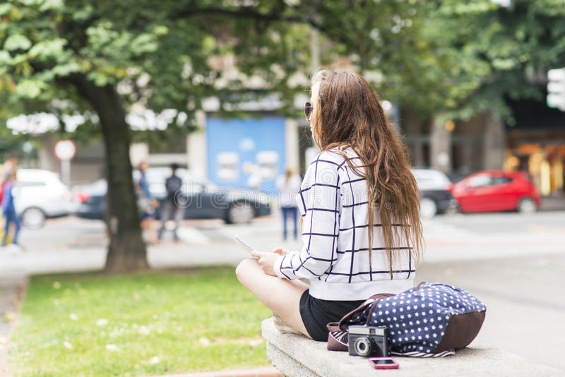 Hipster jonge vrouw die en nota's in stret reizen nemen royalty-vrije stock foto