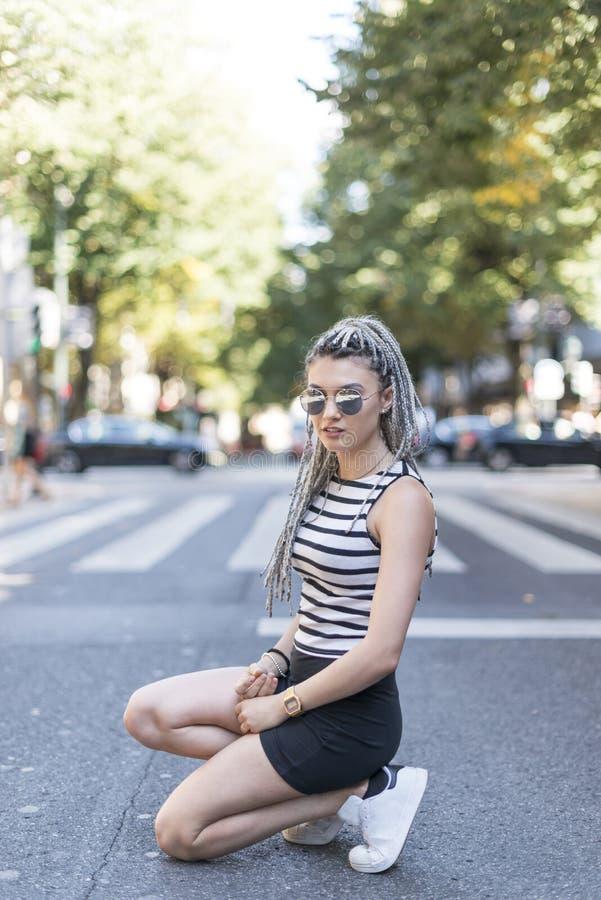 Hipster jonge vrouw met gevlecht haar stock afbeelding