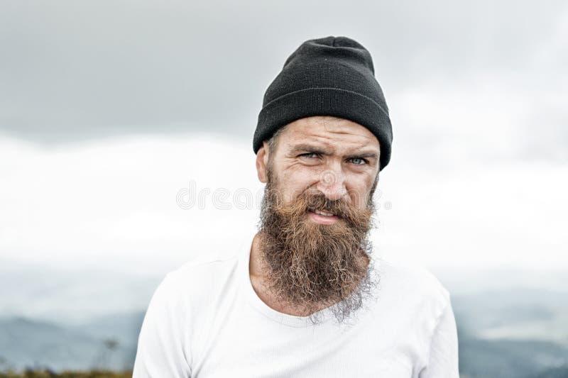 Hipster med långt skägghår, mustasch på skäggig framsida arkivbild
