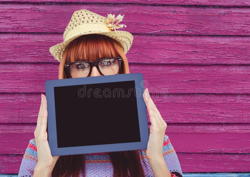 hipster med minnestavlan och hatten med rosa wood bakgrund vektor illustrationer