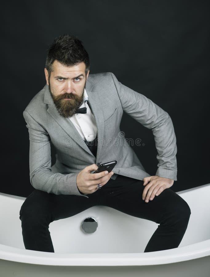 Hipster med snyggt utseende i lyxgammalt badkar royaltyfria bilder