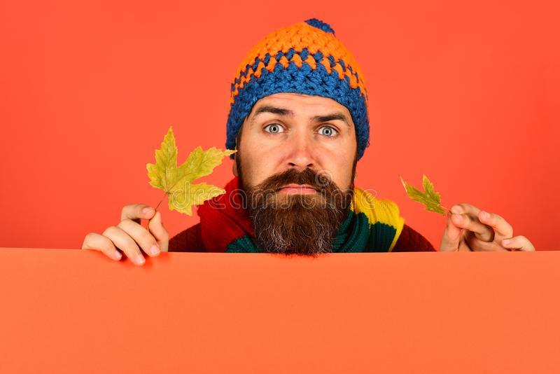 Hipster met baard en droevig gezicht kijkt teleurgesteld stock fotografie