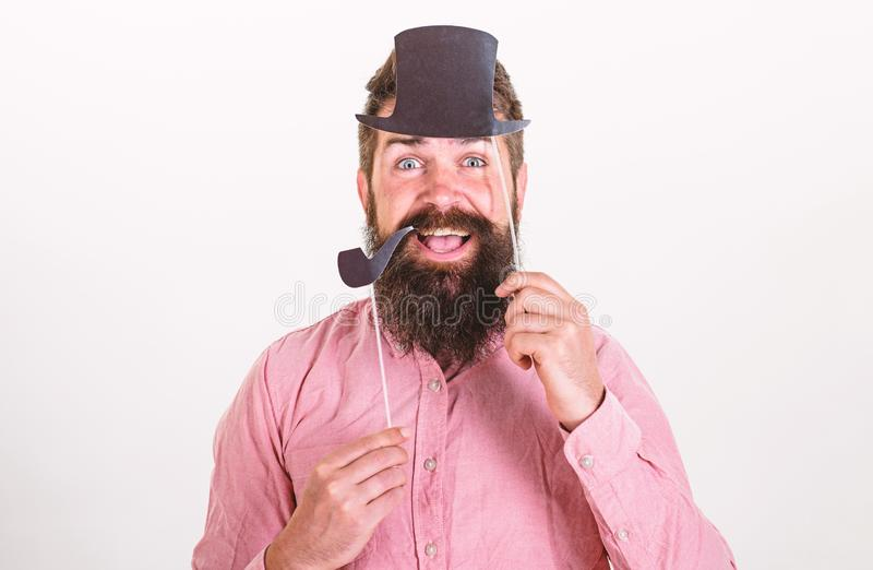 Hipster met baard en snor bij het gelukkige gezicht stellen met de steunen van de fotocabine De kerel rookt pijp aristocratie stock foto